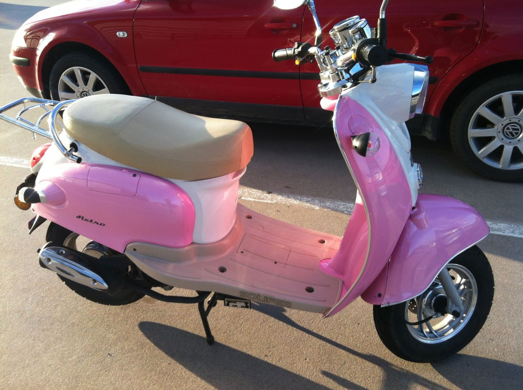 Vaaleanpunainen skootteri.