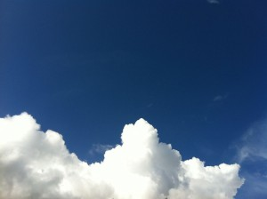 Sininen taivas ja valkoiset pilvet.