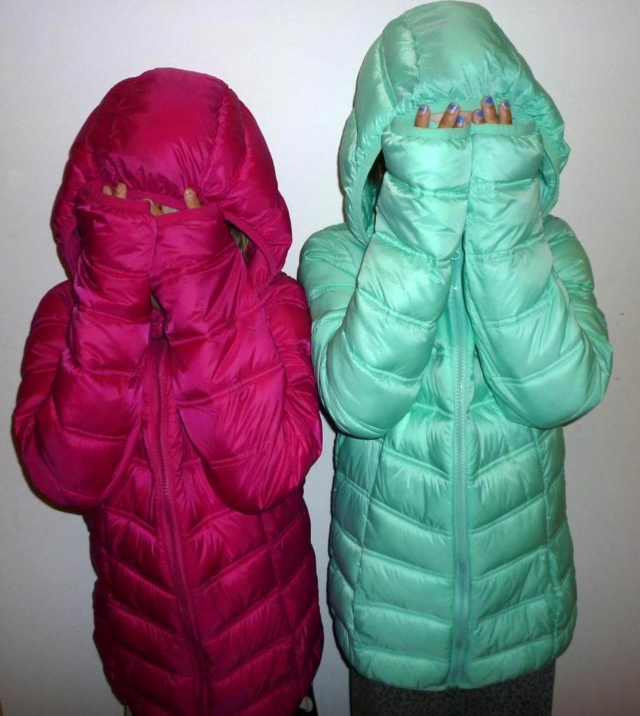 Tyttöt ja uudet takit.