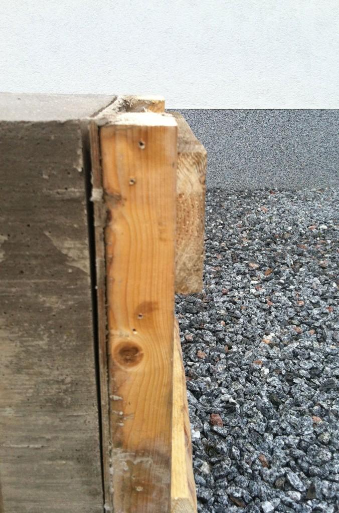 Osa betonipenkin muoteista on jo purettu.