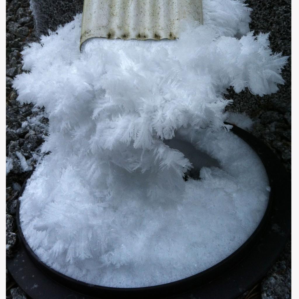 Lumihöyhenet rännissä.